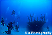 沈没船とダイバー