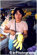果物を持つおばさん